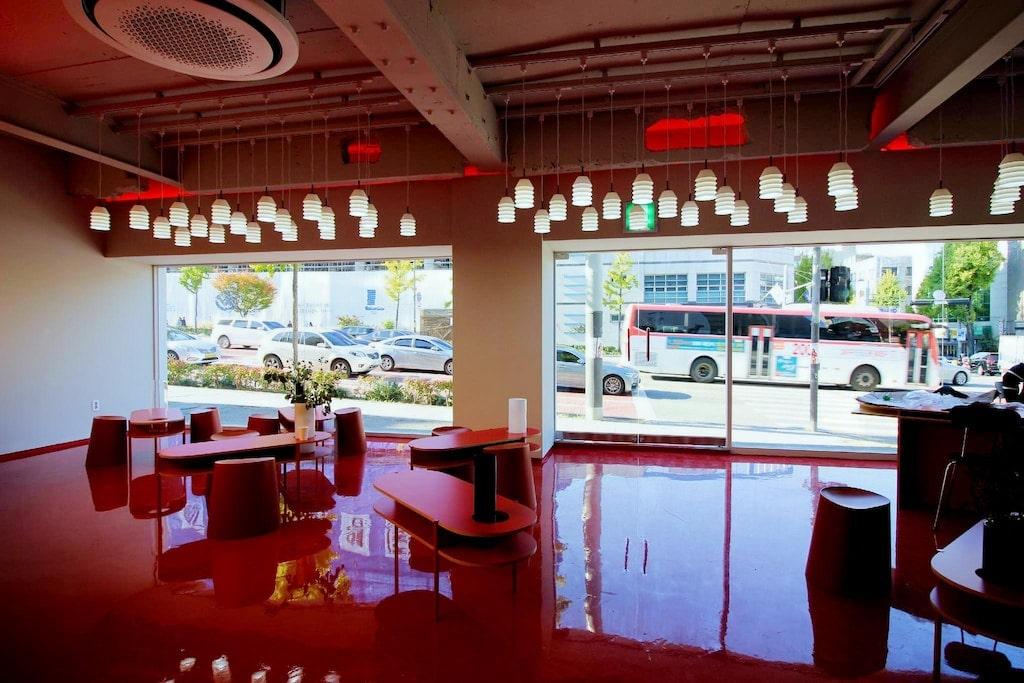 10 ที่พักฮงแดสวย ๆ ใกล้สถานีรถไฟ ที่ควรพักสักครั้ง!